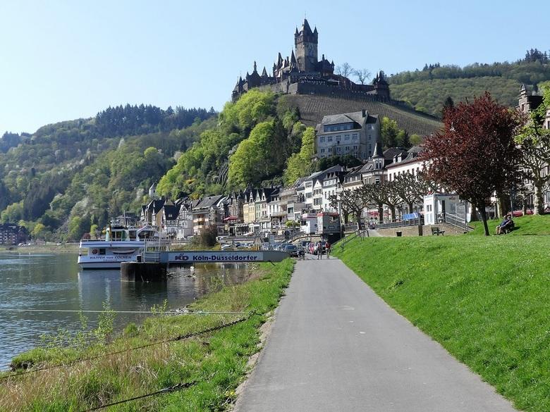 Reichsburg in Cochem - De Moselpromenade op de linkeroever van de Moezel in Cochem. Op de heuvel de Reichburg.