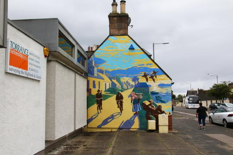 Schotland -6- - Invergordon is een weinig aantrekkelijk stadje in Schotland, maar ze hebben het wel een beetje opgeleukt met schilderingen op blinde m