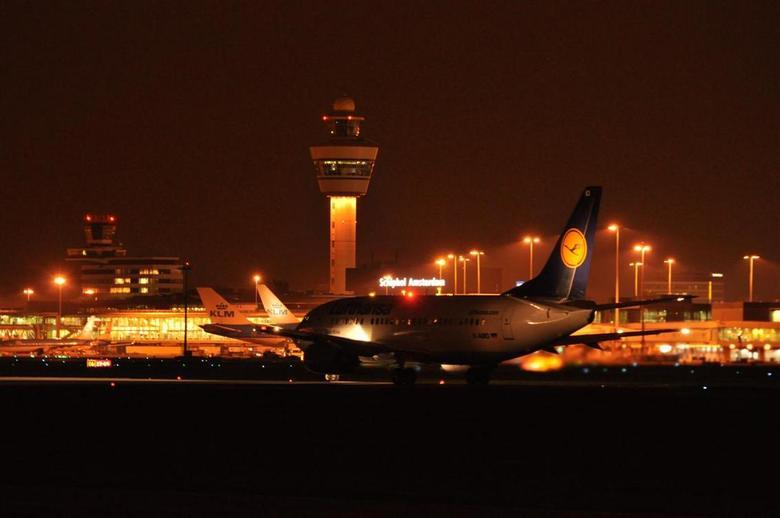 Lufthansa ready for take off - Uitprobeersel van mijn eerste nachtfotografie
