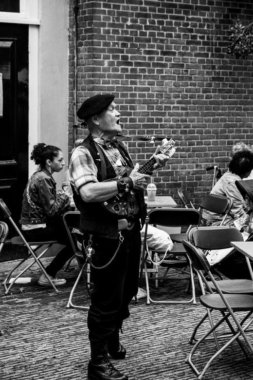 """Delft Pasar 4 - Deze oude baas (misschien wel een oude knil militair)  <img  src=""""/images/smileys/wilt.png""""/> laat goed van zich horen op zo&#039;n In"""