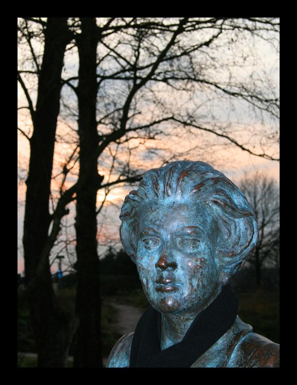 Beatrix in Brons - Ook maar eens een portret gemaakt. Ze bleef mooi stil zitten op de fiets bij de Posbank.