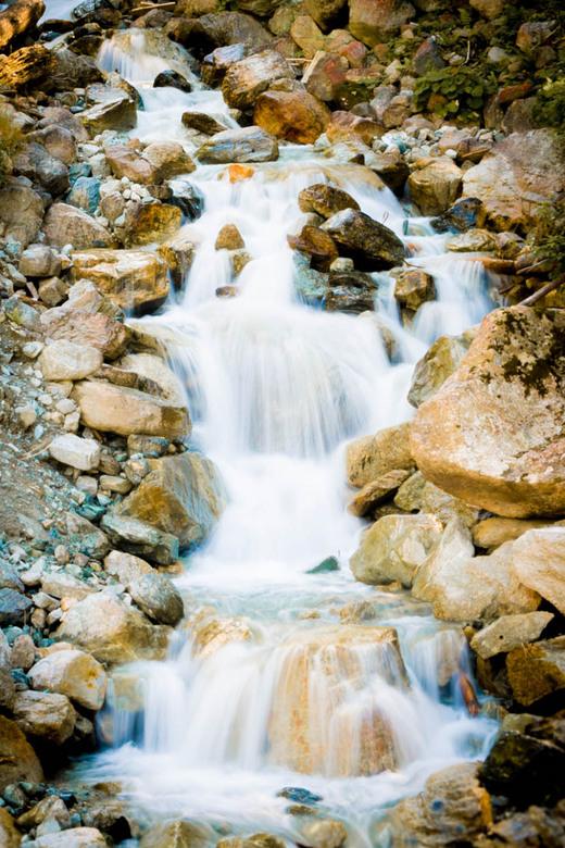 Beekje 2 - staande versie van het stromende bergwater.