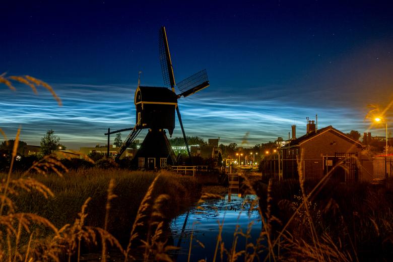Lichtende wolken achter molen Ter Leede -