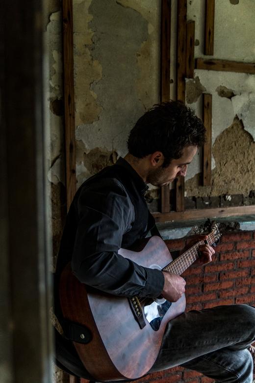 Easy guitar session - Foto gemaakt tijdens het filmen van een videoclip.<br /> <br /> Ik vind vooral het contrast van het bouwval waarin de gitarist