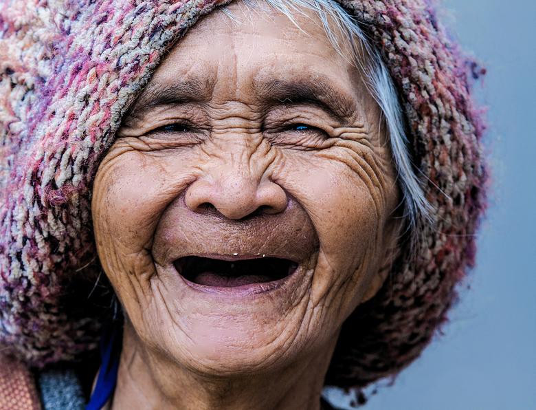Happy Bird - Emotie , ik ontmoete deze dame in Da Lat , Vietnam ..... haar emotie ?  ongecomplexeerd lachen met die gekke fotograaf ..<br /> ...