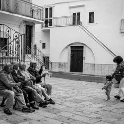 straatbeeld met oudere heren
