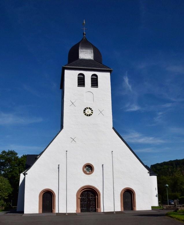 Wit, blauw - Kerk in Daun, Vulkaan Eifel, Duitsland