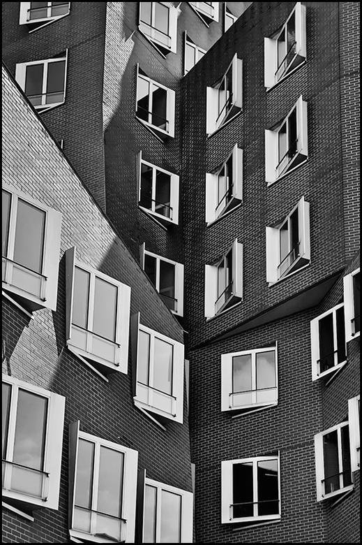 German architecture 14 - Bij menig modern en dynamische gebouw zal tijdens de bouwvergaderingen wel eens behoorlijk worden gevloekt, over hoe de archi