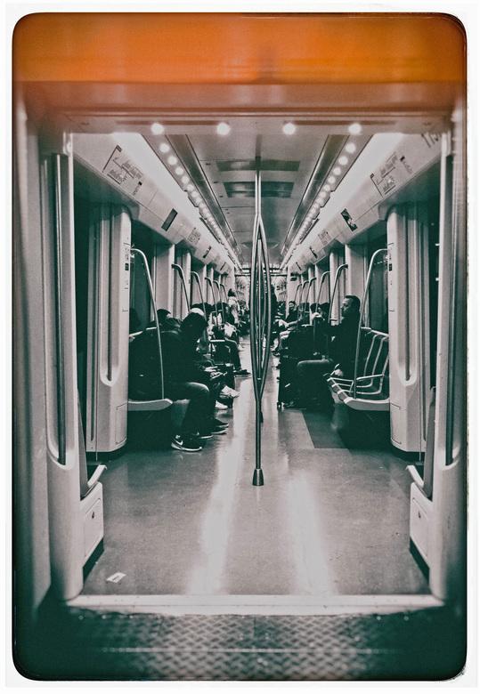 Lengte doorsnede . .  - AMSTERDAM -  . . als je staat in de Metro . . .