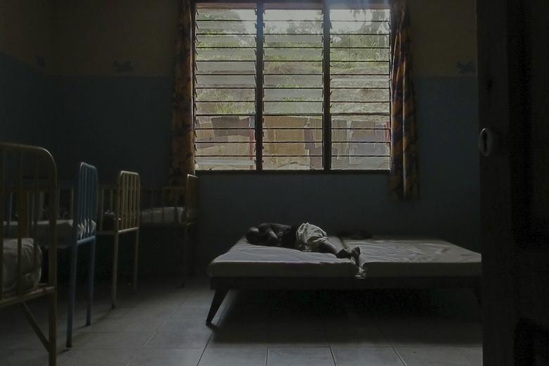 Bed - Eenzaamheid in weeshuis Kimbondo in Kinshasa.