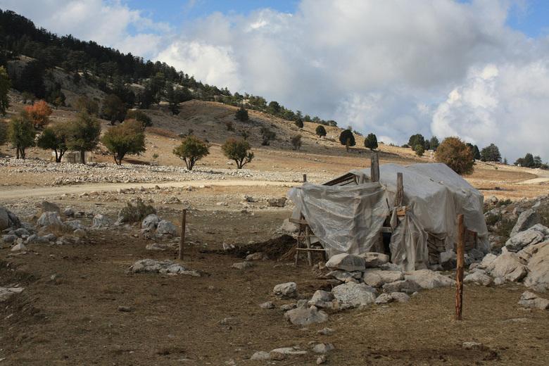 Stalletje op 1500m hoogte  - Hier zie je nog een soort gerecycleerd stalletje van deze nomadenfamillie ,je ziet ook hoe groot de vlakte is waar ze hun