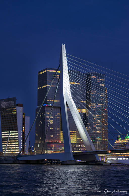 Rotterdam is geen illusie -  &quot;Rotterdam is geen illusie<br /> door de camera gewekt<br /> Rotterdam is niet te filmen<br /> Rotterdam is veels