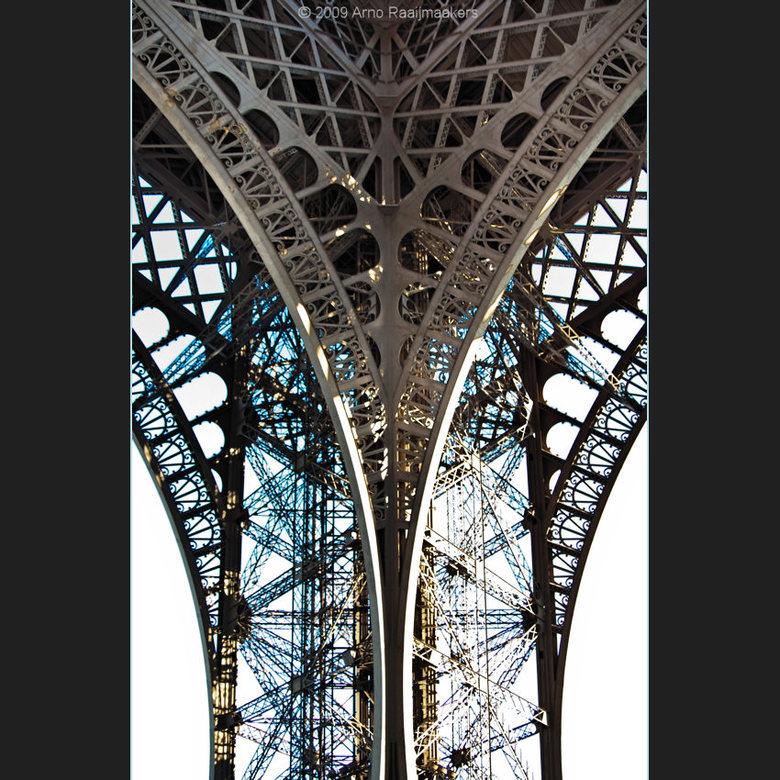 Parijs Tour Eiffel4 - Enkele foto&#039;s van deze massa metaal.<br /> <br /> Tegenlicht best lastig hier...<br /> Dit is een poging tot een soort g