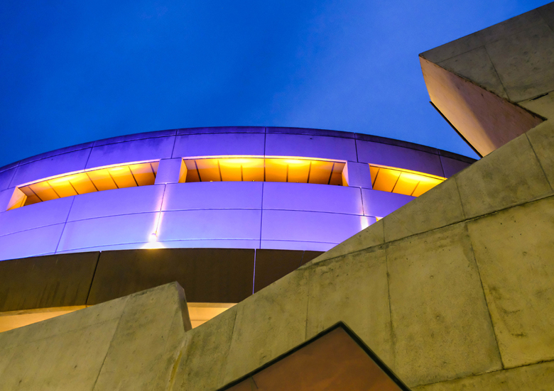 Avond Abstract - Avond foto van een gedeelte van de gevel van het National Gallery of Victoria theatre in Melbourne, Australia.