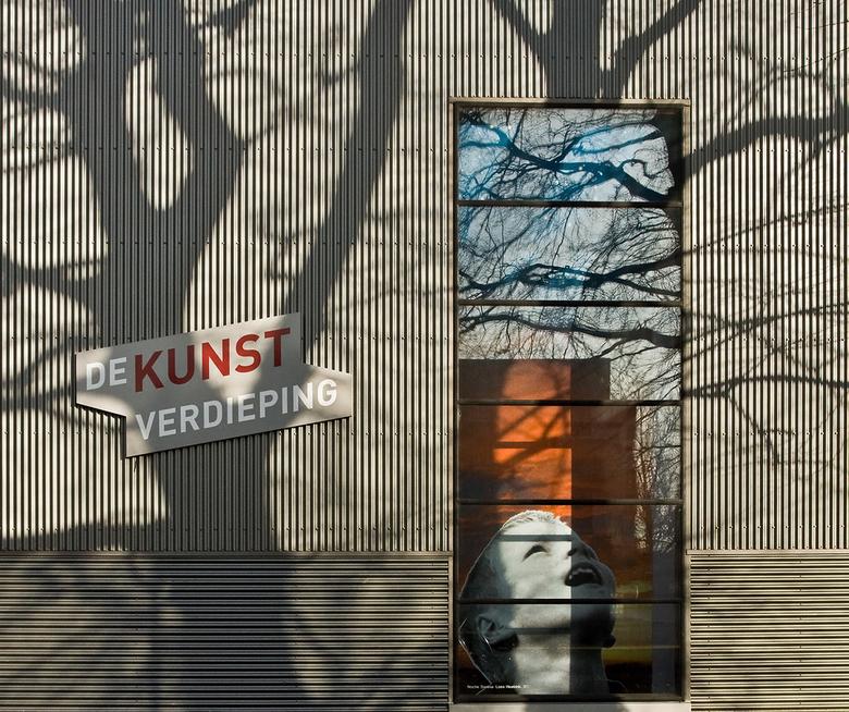 Kunst in Alphen a/d Rijn - Op een gebouw vlak bij het stadhuis zag ik deze mooie voorstelling.