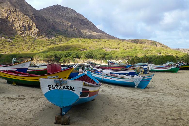 Kleurige vissersbootjes op het strand bij Tarrafal -