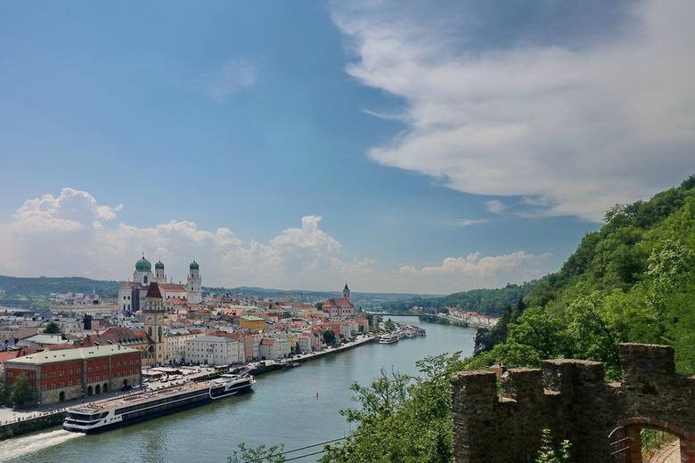 Langs de Donau. - Zicht over de rivier de Donau en de plaats Passau, met zijn indrukkende gebouwen. Ook de Dom is erg mooi om te bekijken. Vanaf de Do