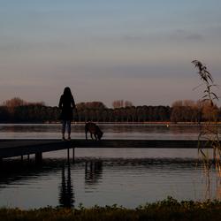 Meisje met hond bij Zegerplas