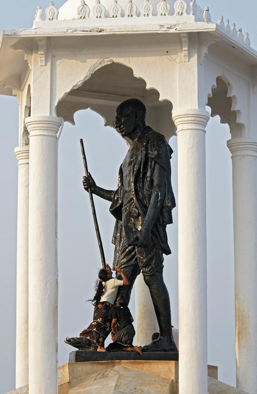 Adoratie - Gandhi. De vader der natie. Bijzonder geliefd. In veel plaatsen in India is zijn beeltenis te vinden. Uitvinder van het geweldloos verzet.