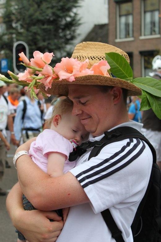 Knuffel - Vader geeft zijn dochter een knuffel na 4 dagen vierdaagse lopen.