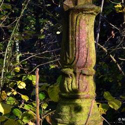 Roestige lantaarnpaal in een tuin