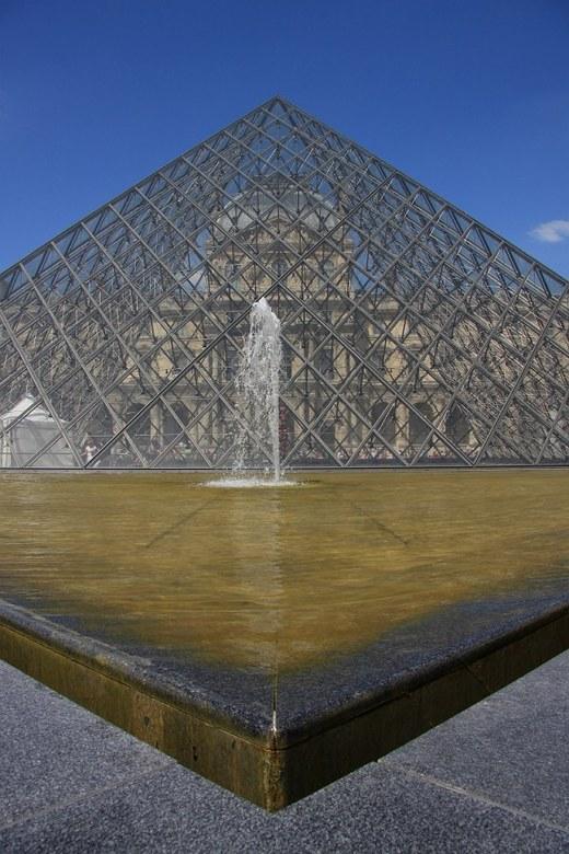 le Louvre - ik heb hier geprobeerd door een laag standpunt dit veel gefotografeerde object anders neer te zetten. bewust de zijkanten niet mee genomen