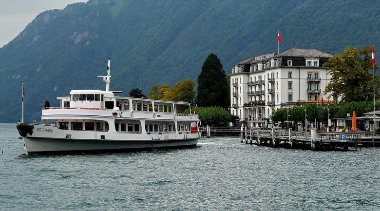 OP de Urner See - Dit is de veerboot op de Urner See die net het mooie plaatsje Brunnen heeft aangedaan in Zwitserland.<br /> 26 september 2008.<br /