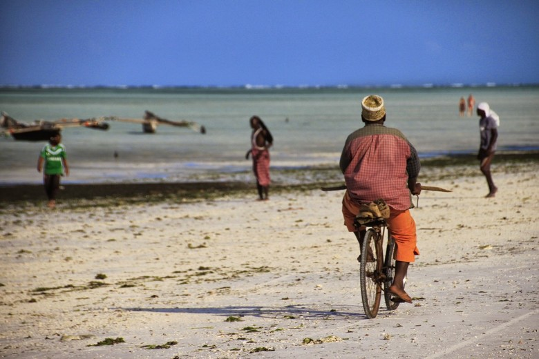 Fietsen langs het strand - Het strand op Zanzibar is niet alleen voor de toeristen.