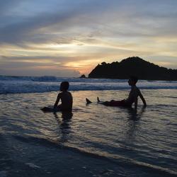 zonsondergang in zee Koh Lanta Thailand