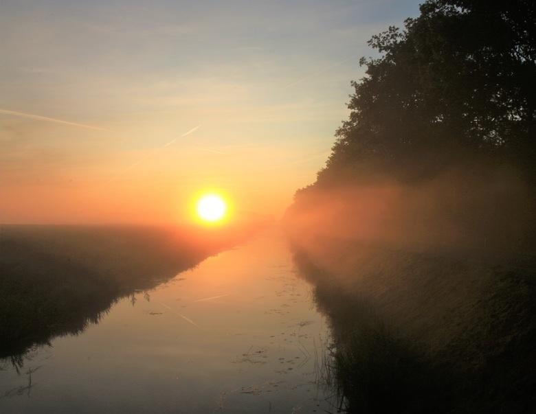 Zon en nevel boven het water - Tijdens de zonsopkomst in Alteveer, Drenthe was er lichte nevel boven de sloot en het weiland