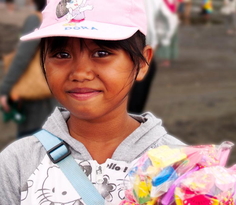 meisje op Balie - bij de tempel van Tanah Lot op Balie was zij één van de vele zeer jonge verkoopstertjes<br /> ik schatte haar op een jaar of tien e