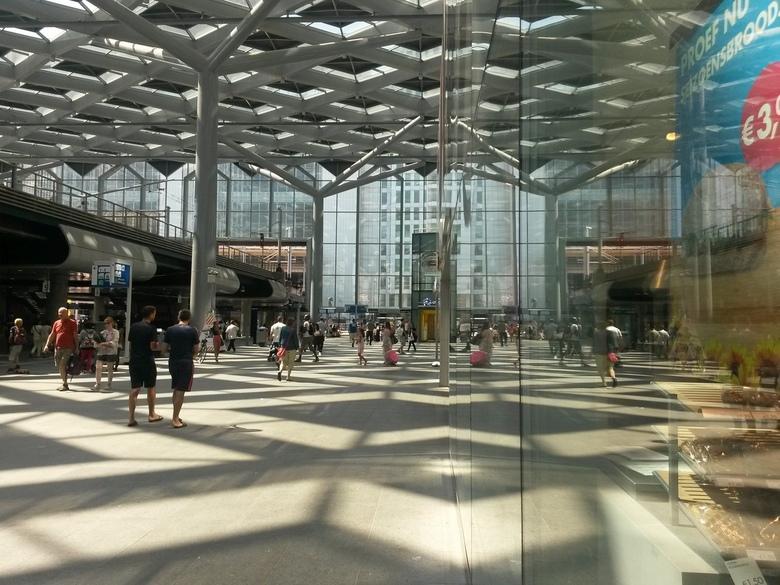 Den Haag CS - nogmaals een foto van een station.<br /> ditmaal Den Haag CS.<br /> er wordt aan de weg getimmerd door de architecten .