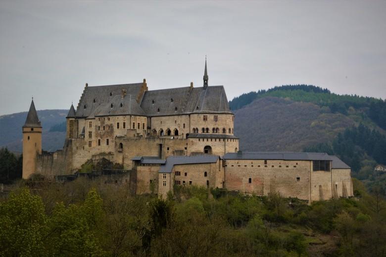 kasteel vianden - Het Kasteel Vianden in de Luxemburgse stad Vianden is gebouwd tussen de 11e en 14e eeuw. Het hoofdgebouw, dat tot op de dag van vand