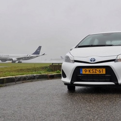 Toyota Yaris bij Polderbaan Schiphol