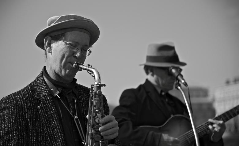 playing sax - op een brug in parijs zat een orkest te spelen