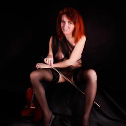 Meisje met rode haren en viool
