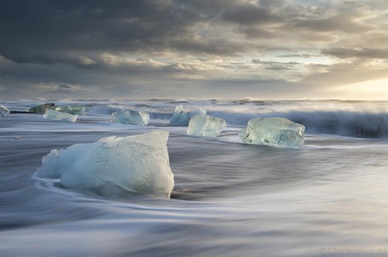 Go with the Flow - Vlak na zonsopkomst op Diamond Beach in IJsland. Door de storm waren er dit keer extreem veel brokken ijs, afkomstig van de nabije