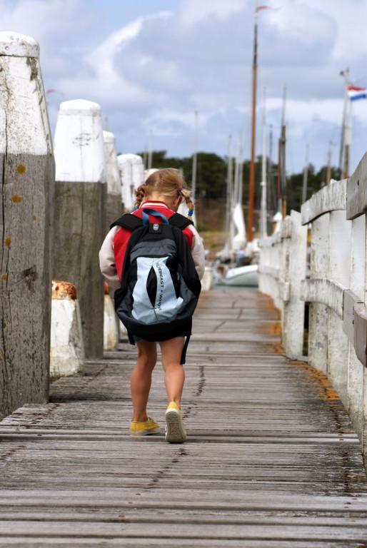 Rugzak met meisje... - Op de steiger in de jachthaven van Vlieland.