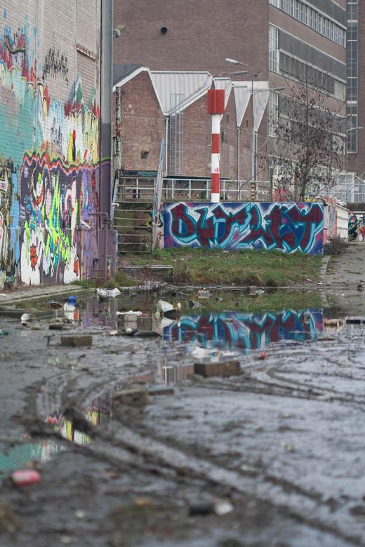 Industrie met - kleurrijk en verlaten industrie pand van voormalig Sphinx tegel, porselein, graffiti, toiletten in Maastricht.