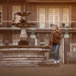 Meisje bij de fontein
