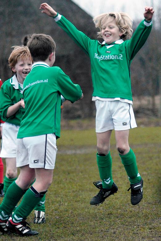 Jump - Voetbal en kinderen zijn leuk om te fotograferen. Combineer ze en je hebt gegarandeerd succes!!!