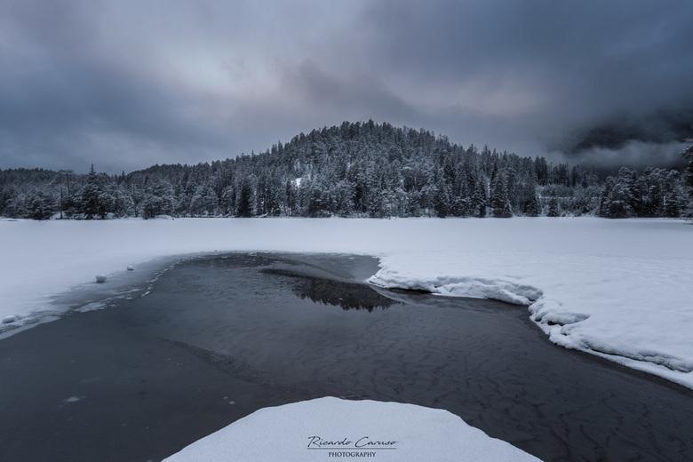 frozen lake  - Net terug uit Oostenrijk. Ik wilde een foto maken bij dit meer met de spiegeling van de bergen erin...niet nagedacht dat het meer bevro