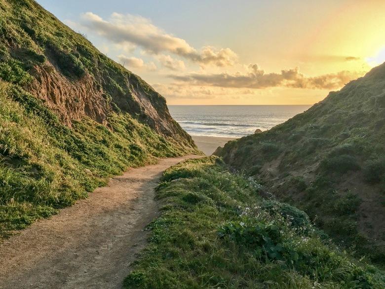 McClures Beach - 75 km van het centrum van één van de drukste steden van Californië, San Francisco is he-le-maal niemand. Langs een adembenemend pad m
