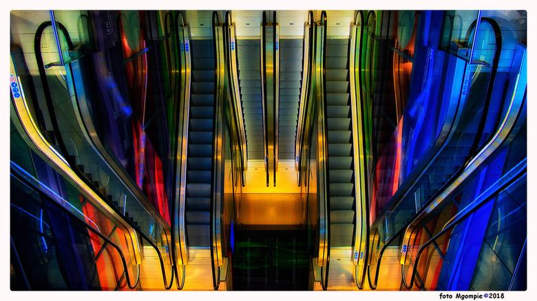 """Upstairs - Na  het zwart/wit van de vorige upload nu maar eens wat kleur!<br /> <br /> Bedankt voor de reacties op <a href=""""http://zoom.nl/foto/dier"""