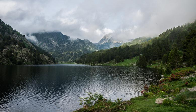 Valleé des Besines - Valle des Besines is een typisch Pyreneeën dal. Het meer is ontstaan door de bouw van een stuwdam en het pad er omheen loopt door