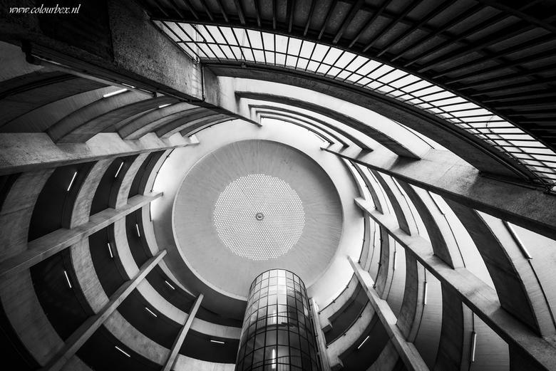 Zoek de wenteltrap.. - Een fantastische ronde hal met een verstopte wenteltrap in de ronde toren.