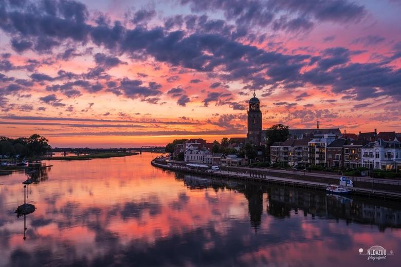 Kleurrijke zomeravond over Deventer - De afgelopen weken hebben niet alleen storm en onweer, maar bij tijd en wijle ook de meest fraaie zonsondergange