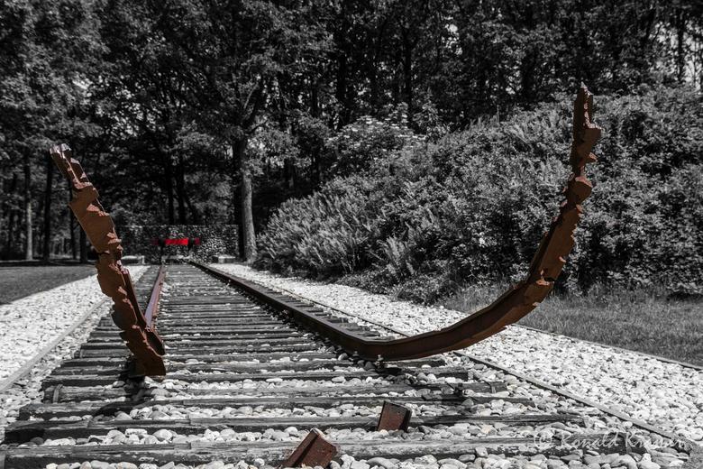 kamp Westerbork 2 - Nationaal monument Westerbork. In bijna 2 jaar zijn hiervandaan 107.000 mensen gedeporteerd. Naar Auschwitz, Bergen-Belzen, Sobibo