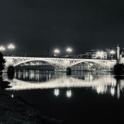 Brug bij nacht in Sevilla