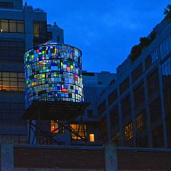 Verlichte watertoren in Brooklyn